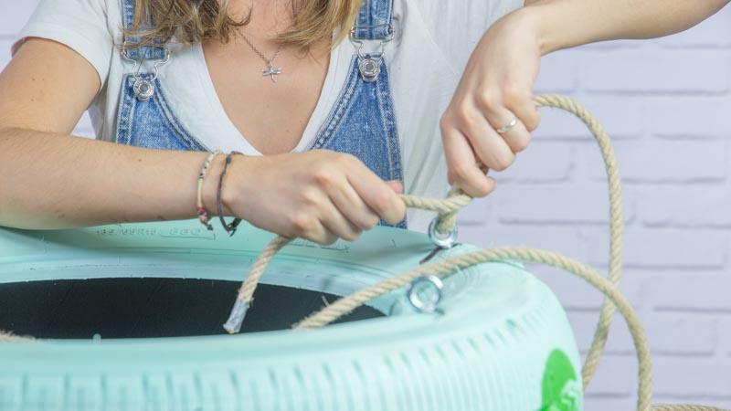 Instalación de las cuerdas en el columpio