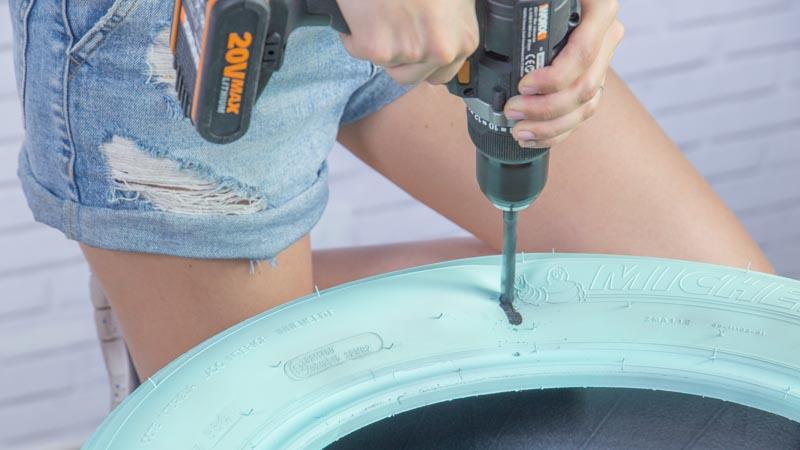 Taladro haciendo un agujero en el neumático para poner las hembrillas
