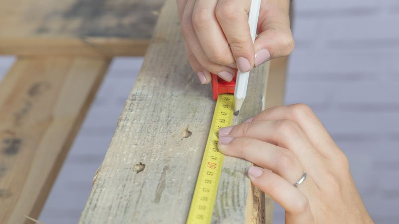 Medición del palé con flexómetro