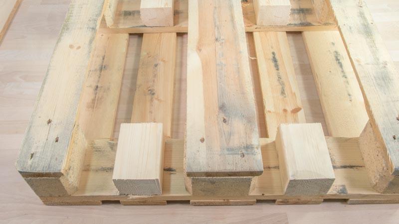 Refuerzo de la estructura del palé con tacos y listones de madera