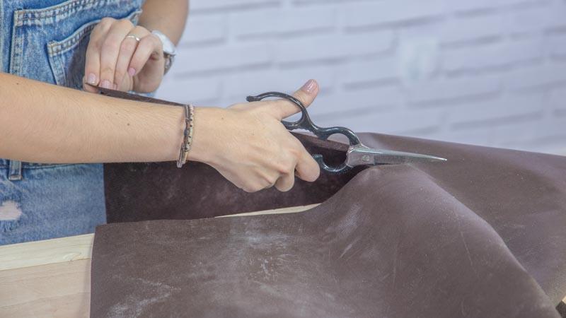 Grapadora fijando la tela geotextil
