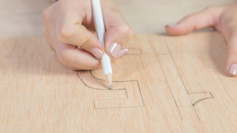 Lápiz marcando el número en la madera