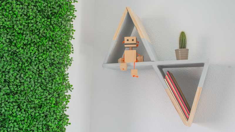 Estantería triangular de madera