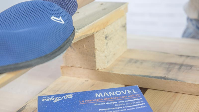 Lijado de las piezas de madera con el guante de lija Manovel de Pentrilo