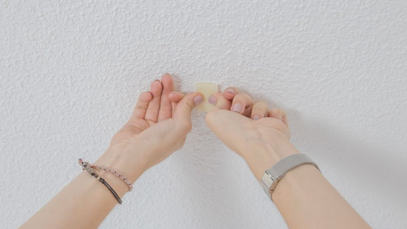 Pegado de una cinta en el techo para colgar la mosquitera