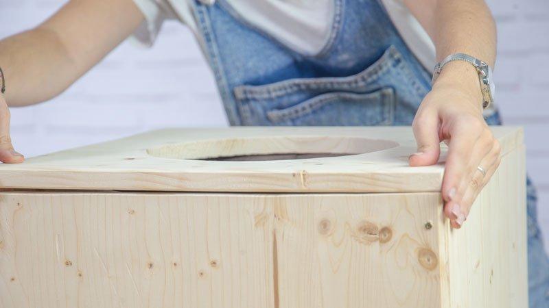 Atornillado de las piezas de madera que forman el macetero