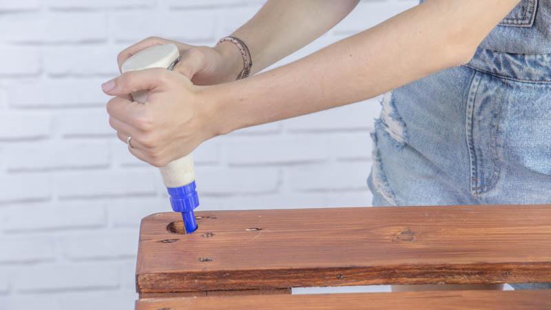 Pegado de los tacos de madera para apoyar el cristal