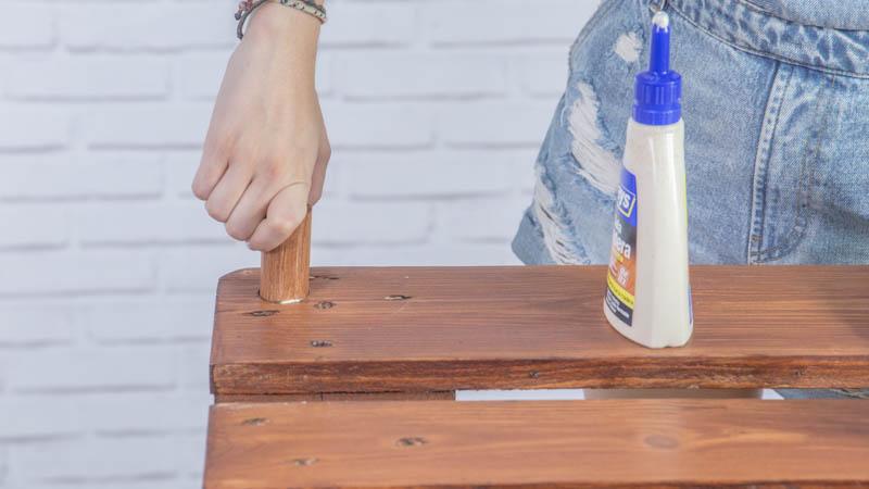Instalación de los tacos para apoyar el cristal de la mesa de centro