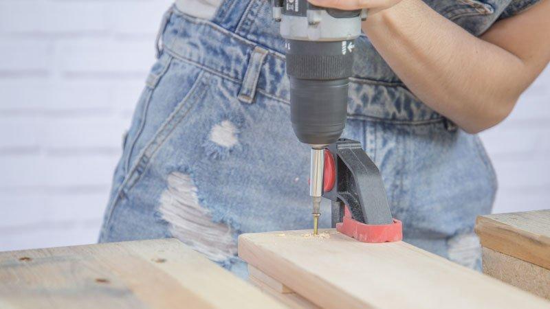 Refuerzo de la estructura del palé con listones de madera