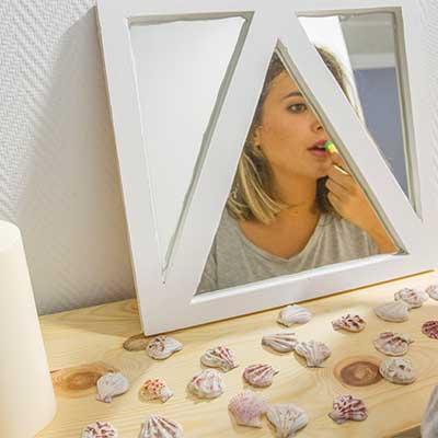Espejo geométrico de madera con silicona