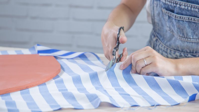 Tijeras cortando la tela