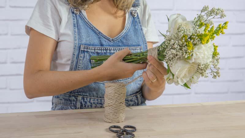 Decoración de ramo de novia rústico con cuerda