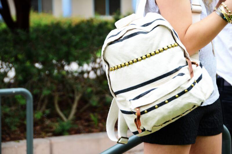 ideas-mochilas-customizadas-rayas-y-tachuelas