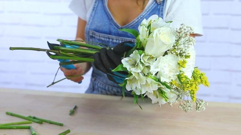Cortar tallos de flores para igualar