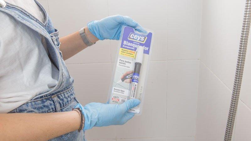 C mo limpiar el moho de la ducha y el ba o handfie diy - Como limpiar juntas azulejos bano ...