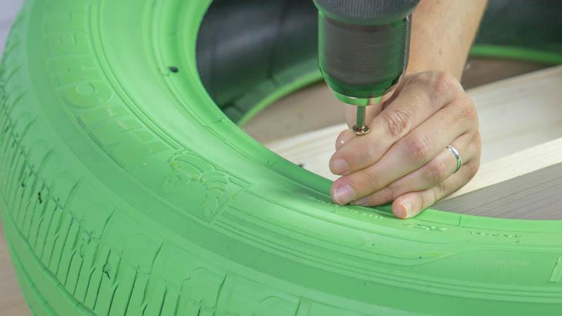 Atornillado de las baldas al neumático