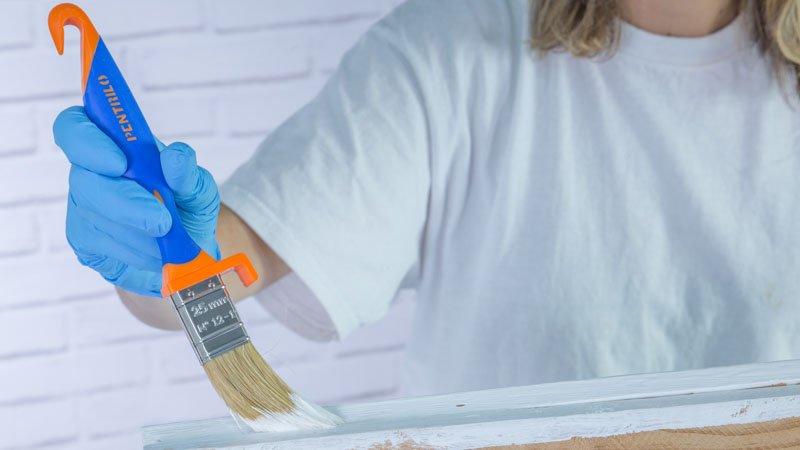 Paletina pintando los caballetes