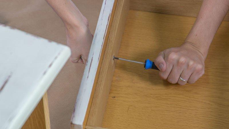 Desmontaje de los tiradores del mueble