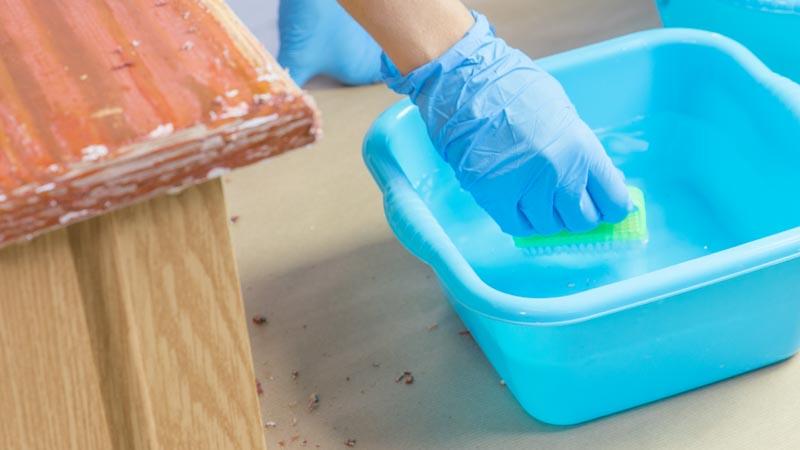Cepillo retirando la pintura