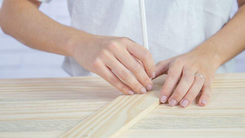 Lápiz marcando una circunferencia en la madera