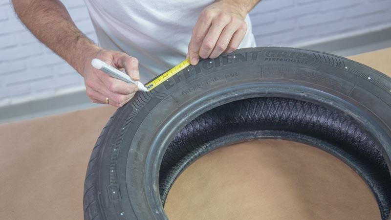 Rotulador marcando los puntos en los que hay que taladrar el neumático
