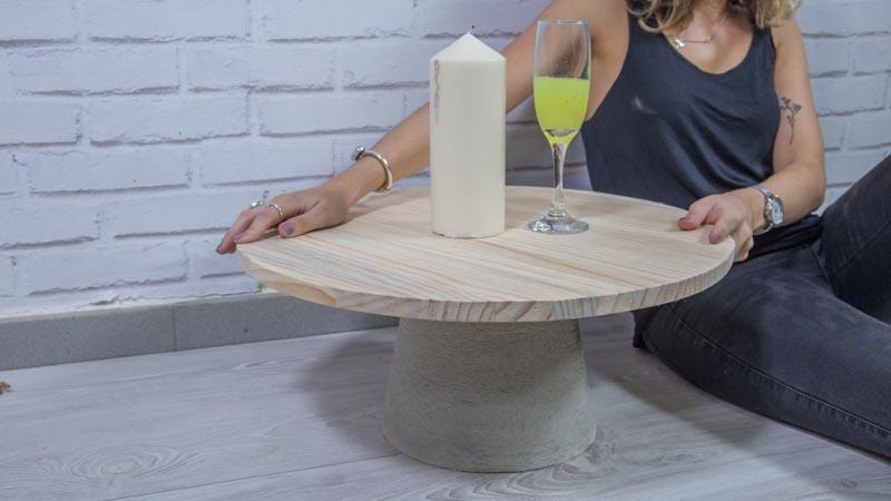 Mesa auxiliar de cemento y madera