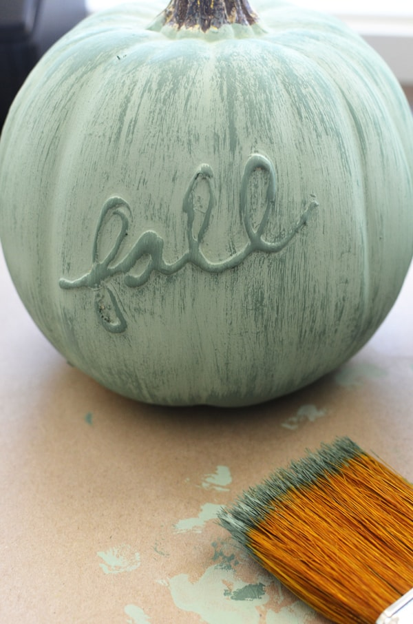 Calabaza decorada con pintura y cola caliente