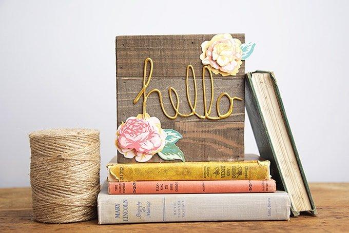 Letras hechas con silicona sobre madera