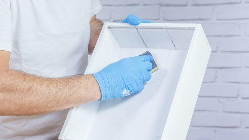 Lijado de la caja tras aplicar la imprimación antes de pintar con crema de pintura