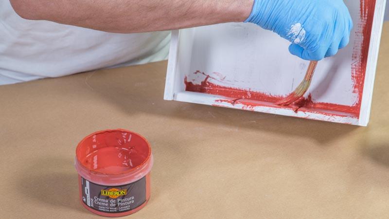 Decorado de la caja con crema de pintura