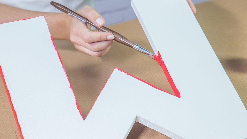 Decoración de la letra con pintura