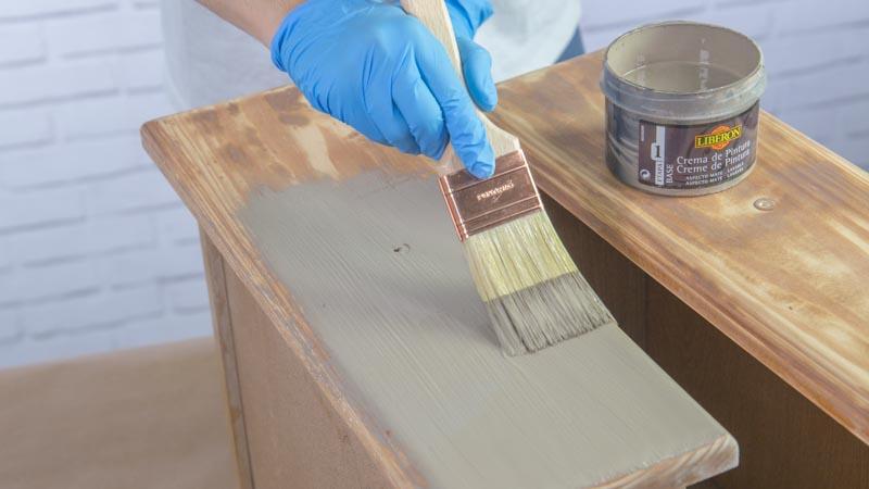 Paletina aplicando la crema de pintura