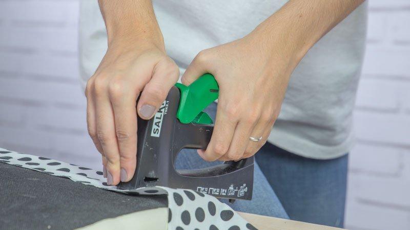 Grapadora manual tapizando la silla