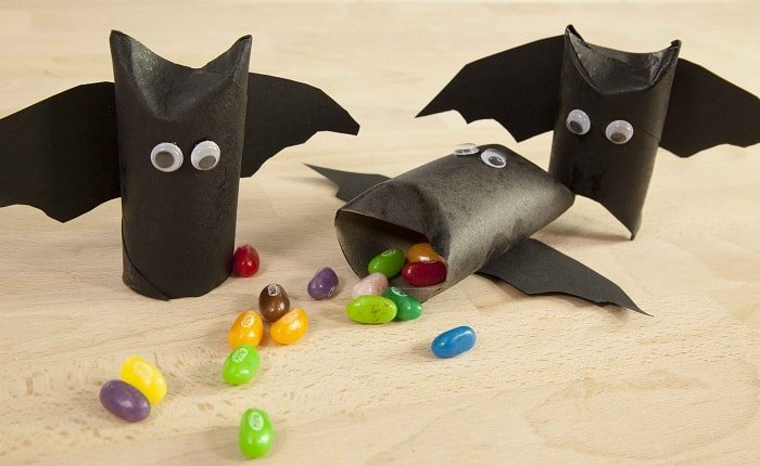 pequeños murciélagos con rollos de papel para Halloween