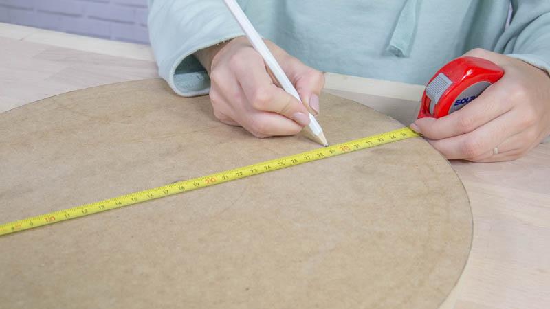 Lápiz marcando la posición de las ruedas en la base del cubo