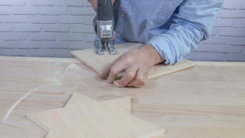 Sierra de calar cortando la estrella de madera