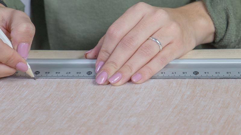 Lápiz marcando las piezas en la polipiel