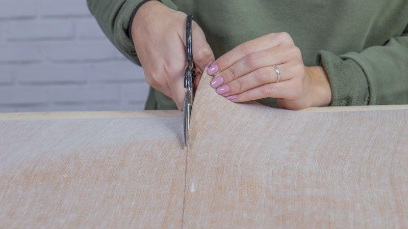 Tijeras cortando las piezas de polipiel