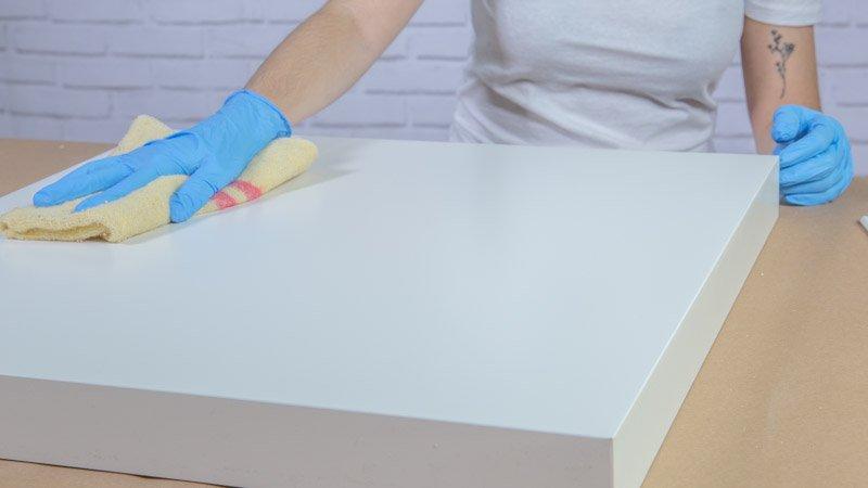 Trapo eliminando el polvo de la mesa