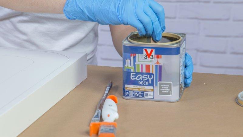 Pintura easy deco de v33, capaz de pintar sobre melamina