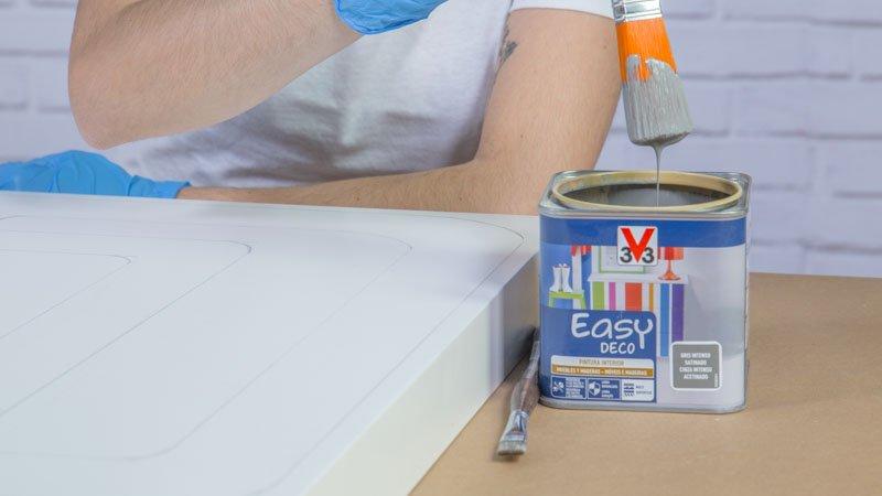 Paletina pintando la mesa