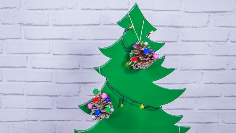 Adornos navideños con piñas y pompones