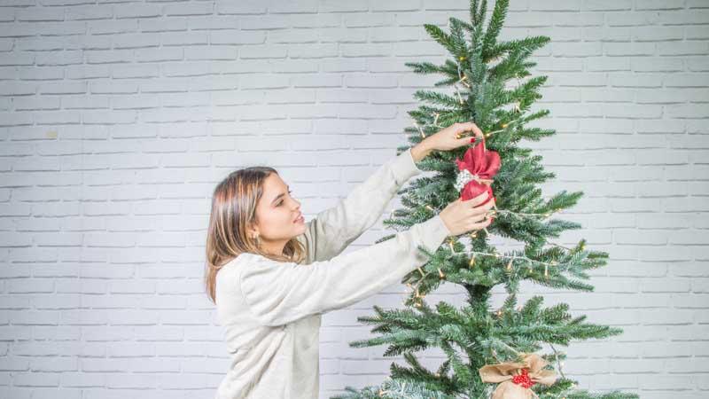 Colocación de bolas de Navidad