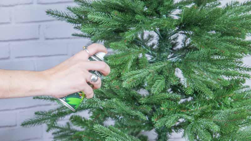 Aplicación de nieve en polvo sobre el árbol