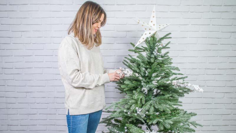 Decoración de un árbol de Navidad
