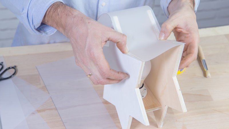 Pegado del papel vegetal sobre el contorno de la estrella de madera