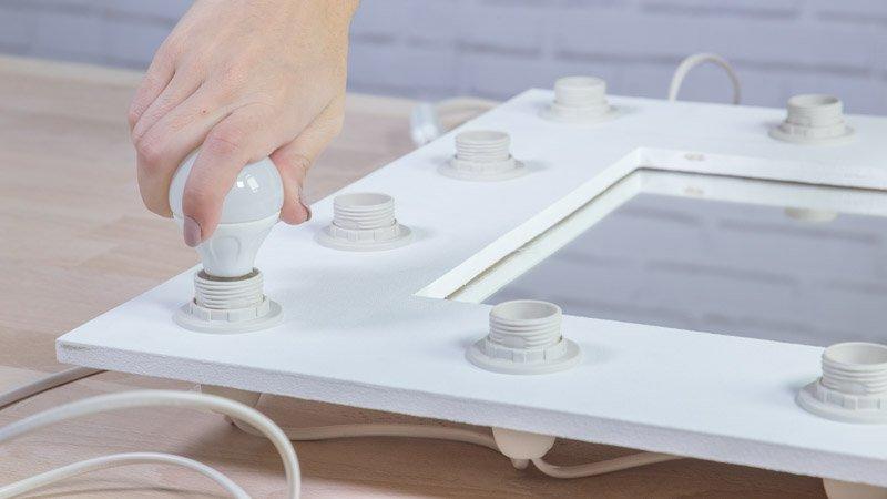 Colocando las bombillas en el tocador