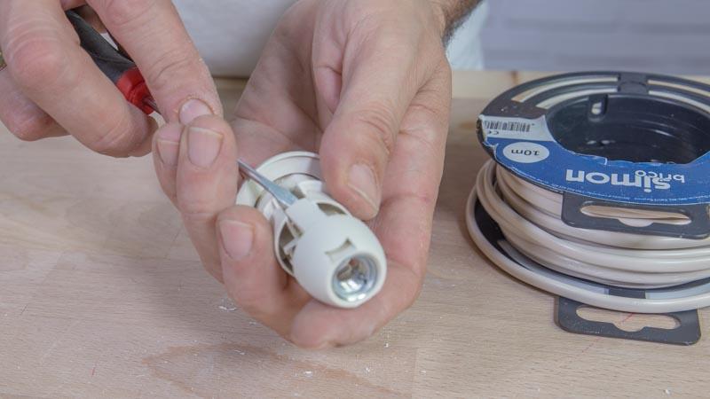 Abriendo el casquillo con un destornillador