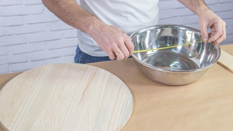 Medición del bol metálico para crear el agujero interior de la base de madera