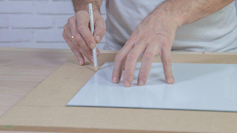 Marcando el contorno del marco con un lápiz